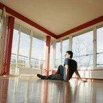 мужчина на полу квартиры
