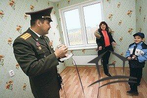 семья военного в новой квартире